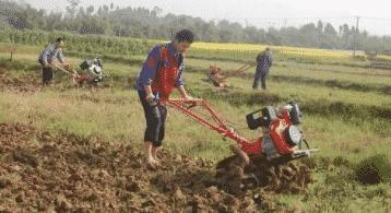Вспашка земли мотоблоком