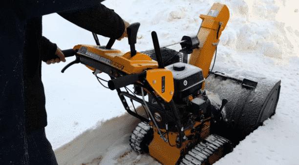 Гусеничная снегоуборочная машина