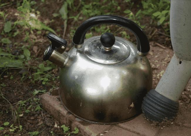 Кипяток - народное средство от муравьев на огороде